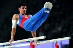 Эмин Гарибов выполняет упражнения на параллельных брусьях