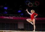 Ксения Афанасьева исполняет упражнения на бревне