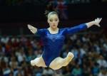 Алия Мустафина исполняет упражнения на бревне