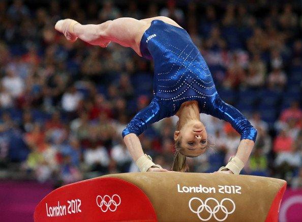 Виктория Комова выполняет опорный прыжок