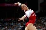 Алия Мустафина выполняет вольные упражнения